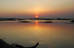 Ηλιοβασίλεμα σε μια λίμνη Στοκ εικόνες με δικαίωμα ελεύθερης χρήσης