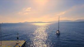Ηλιοβασίλεμα σε μια κενή ελληνική μαρίνα, Μέθανα, Μεσόγειος Ο τηλεοπτικός πυροβολισμός Aero, απομονωμένο πλέοντας γιοτ Α μπαίνει  απόθεμα βίντεο