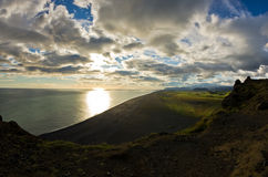 Ηλιοβασίλεμα σε μια μαύρη παραλία, μια άποψη από το βράχο Dyrholaey, Ισλανδία Στοκ Εικόνες