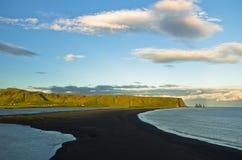 Ηλιοβασίλεμα σε μια μαύρη παραλία, μια άποψη από το βράχο Dyrholaey, Ισλανδία Στοκ φωτογραφίες με δικαίωμα ελεύθερης χρήσης