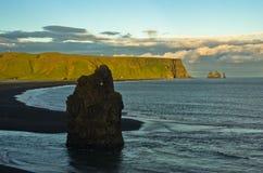 Ηλιοβασίλεμα σε μια μαύρη παραλία, μια άποψη από το βράχο Dyrholaey, Ισλανδία Στοκ εικόνα με δικαίωμα ελεύθερης χρήσης