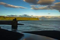 Ηλιοβασίλεμα σε μια μαύρη παραλία, μια άποψη από το βράχο Dyrholaey, Ισλανδία Στοκ Φωτογραφίες