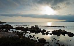 Ηλιοβασίλεμα σε μια παραλία επί του archeological τόπου της Νόρα, κοντά στην πόλη Pula, νησί της Σαρδηνίας Στοκ εικόνα με δικαίωμα ελεύθερης χρήσης