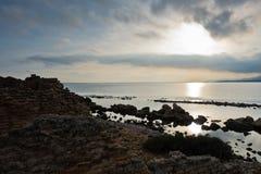 Ηλιοβασίλεμα σε μια παραλία επί του archeological τόπου της Νόρα, κοντά στην πόλη Pula, νησί της Σαρδηνίας Στοκ Εικόνες