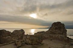 Ηλιοβασίλεμα σε μια παραλία επί του archeological τόπου της Νόρα, κοντά στην πόλη Pula, νησί της Σαρδηνίας Στοκ Φωτογραφίες