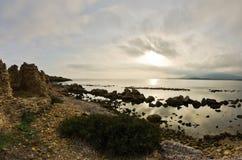 Ηλιοβασίλεμα σε μια παραλία επί του archeological τόπου της Νόρα, κοντά στην πόλη Pula, νησί της Σαρδηνίας Στοκ φωτογραφίες με δικαίωμα ελεύθερης χρήσης