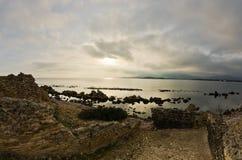 Ηλιοβασίλεμα σε μια παραλία επί του archeological τόπου της Νόρα, κοντά στην πόλη Pula, νησί της Σαρδηνίας Στοκ Εικόνα