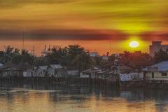 Ηλιοβασίλεμα σε χιλιάες ποταμό στοκ εικόνες με δικαίωμα ελεύθερης χρήσης