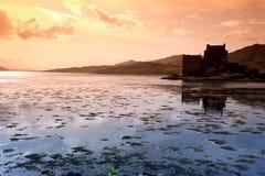 Ηλιοβασίλεμα σε Eilean Donan Castle στη Σκωτία, Στοκ εικόνες με δικαίωμα ελεύθερης χρήσης