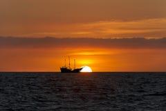 Ηλιοβασίλεμα σκαφών πειρατών Στοκ Εικόνα