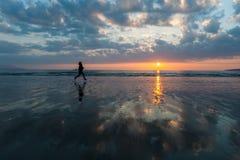 Ηλιοβασίλεμα σκιαγραφιών γυναικών jogger Στοκ φωτογραφίες με δικαίωμα ελεύθερης χρήσης