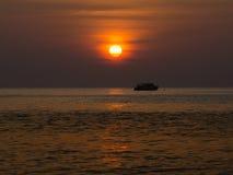 Ηλιοβασίλεμα σκιαγραφιών στη θάλασσα Στοκ εικόνα με δικαίωμα ελεύθερης χρήσης
