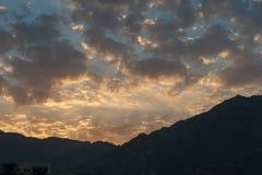 Ηλιοβασίλεμα στα βουνά ερήμων - φοβιτσιάρη σύννεφα Στοκ φωτογραφία με δικαίωμα ελεύθερης χρήσης