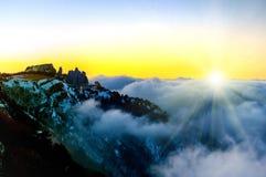 Ηλιοβασίλεμα στα βουνά με τα σύννεφα Στοκ φωτογραφίες με δικαίωμα ελεύθερης χρήσης