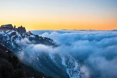Ηλιοβασίλεμα στα βουνά με τα σύννεφα Στοκ εικόνα με δικαίωμα ελεύθερης χρήσης