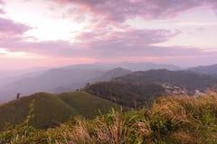 Ηλιοβασίλεμα στα βουνά στα σύνορα της Ταϊλάνδης - του Μιανμάρ Στοκ εικόνα με δικαίωμα ελεύθερης χρήσης