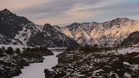 Ηλιοβασίλεμα στα βουνά Altai, χειμώνας φιλμ μικρού μήκους
