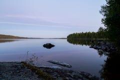 Ηλιοβασίλεμα στην ήρεμη λίμνη Στοκ Φωτογραφία