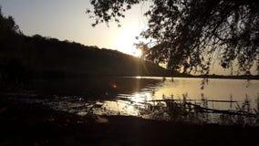 Ηλιοβασίλεμα στην ακτή της λίμνης απόθεμα βίντεο