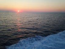 Ηλιοβασίλεμα στην ανοικτή θάλασσα Στοκ φωτογραφία με δικαίωμα ελεύθερης χρήσης