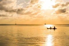 Ηλιοβασίλεμα στην καραϊβική θάλασσα από Caye το νησί καλαφατών, Μπελίζ Στοκ Εικόνα