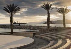 Ηλιοβασίλεμα στην κεντρική δημόσια παραλία Eilat Στοκ Εικόνα