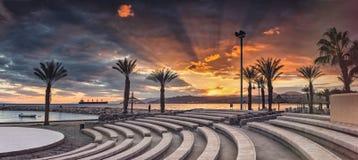 Ηλιοβασίλεμα στην κεντρική δημόσια παραλία Eilat Στοκ εικόνα με δικαίωμα ελεύθερης χρήσης