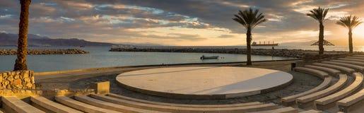 Ηλιοβασίλεμα στην κεντρική δημόσια παραλία Eilat Στοκ Εικόνες