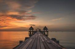 Ηλιοβασίλεμα στην ξύλινη γέφυρα στο τουριστικό αξιοθέατο ναών Djittabhawan Στοκ φωτογραφία με δικαίωμα ελεύθερης χρήσης