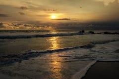 Ηλιοβασίλεμα στην παραλία μερών Tanah, Μπαλί, Ινδονησία Στοκ Εικόνα