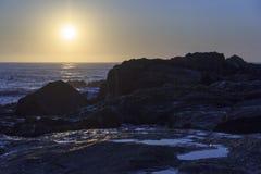 Ηλιοβασίλεμα στην παραλία με μερικούς βράχους ακτών Στοκ εικόνα με δικαίωμα ελεύθερης χρήσης