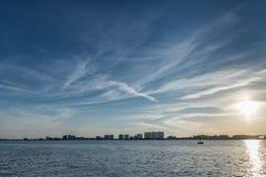 Ηλιοβασίλεμα στην παραλία Clearwater, Φλώριδα Ευρεία γωνία μπλε ουρανός Στοκ εικόνα με δικαίωμα ελεύθερης χρήσης