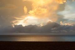 Ηλιοβασίλεμα στην παραλία Grande Anse μετά από τη θύελλα, Γουαδελούπη Στοκ Εικόνες