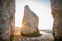 Ηλιοβασίλεμα στην παραλία Kingsgate με τους βράχους, Αγγλία, UK Στοκ εικόνες με δικαίωμα ελεύθερης χρήσης