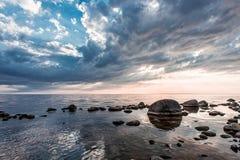 Ηλιοβασίλεμα στην πετρώδη παραλία Στοκ εικόνα με δικαίωμα ελεύθερης χρήσης