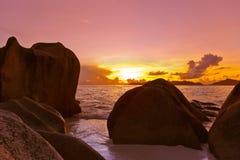 Ηλιοβασίλεμα στην πηγή D'Argent παραλιών στις Σεϋχέλλες Στοκ Εικόνες