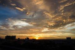 Ηλιοβασίλεμα στην πόλη της Μπανγκόκ στοκ εικόνες