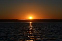 Ηλιοβασίλεμα στην όχθη ποταμού στοκ φωτογραφίες με δικαίωμα ελεύθερης χρήσης