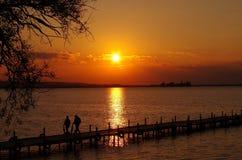 Ηλιοβασίλεμα στη λίμνη εγώ άνθρωποι Στοκ Εικόνα