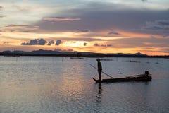 Ηλιοβασίλεμα στη λίμνη με μια βάρκα στο Βιετνάμ Στοκ Φωτογραφίες