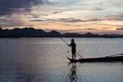 Ηλιοβασίλεμα στη λίμνη με μια βάρκα στο Βιετνάμ Στοκ εικόνες με δικαίωμα ελεύθερης χρήσης