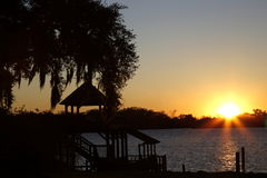Ηλιοβασίλεμα στη λίμνη με τη σκιαγραφία αποβαθρών Στοκ εικόνες με δικαίωμα ελεύθερης χρήσης