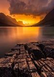 Ηλιοβασίλεμα στη λίμνη του ST Mary, εθνικό πάρκο παγετώνων, ΑΜ Στοκ Φωτογραφία