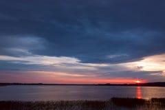 Ηλιοβασίλεμα στη λίμνη. Στοκ εικόνες με δικαίωμα ελεύθερης χρήσης