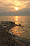 Ηλιοβασίλεμα στη λίμνη Garda, Ιταλία Στοκ Εικόνες