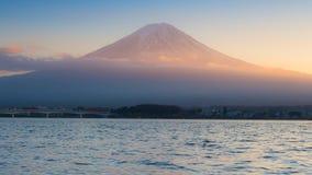 Ηλιοβασίλεμα στη λίμνη Kawaguchi στην Ιαπωνία με το υπόβαθρο ΑΜ Φούτζι Στοκ Φωτογραφία
