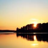 Ηλιοβασίλεμα στη λίμνη Kenozero ηλικίας φωτογραφία ο αρκτικός Βορράς ρωσικά φύσης του Lapland Στοκ Εικόνα
