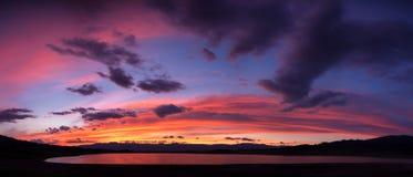 Ηλιοβασίλεμα στη λίμνη Tuzkol Στοκ Φωτογραφία