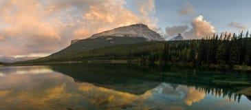 Ηλιοβασίλεμα στη λίμνη Wapta στα βουνά Banff Στοκ φωτογραφία με δικαίωμα ελεύθερης χρήσης