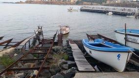 Ηλιοβασίλεμα στη Αγαθούπολη και τις βάρκες Στοκ Εικόνες